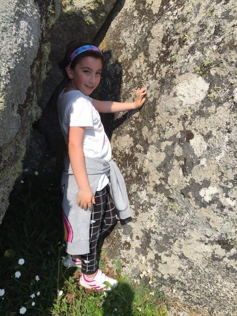 Mi hija trans con una roca